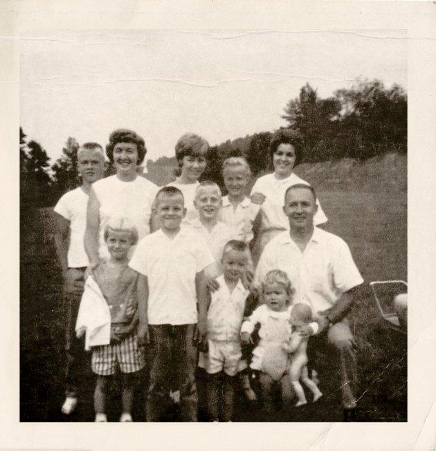 Barbara Corcoran (後排左三) 在一個收入不穩的清貧家庭中十兄弟姊妹中排行第二。她從勤勞的母親Florence學到畢生致用工作精神。 CREDIT: Courtesy Barbara Corcoran