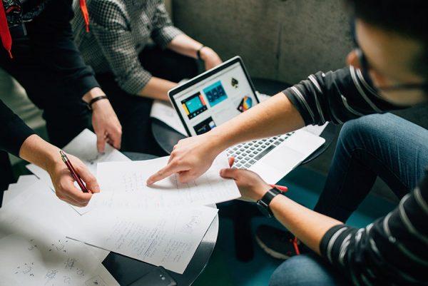 在相同的費用預算下(Project Budget)下,中小型服務商可以提供比大型服務商更多的服務,然而,一般而言小型公司可能需要更多的時間去完成。